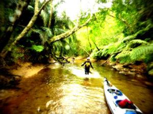 帰り道、潮が引いている時は、カヤックを引っ張って歩く。