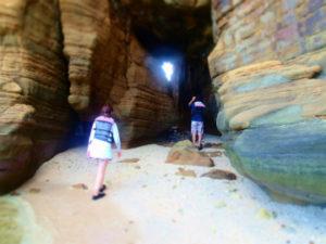 桃原崎の洞穴は反対側に抜けれる