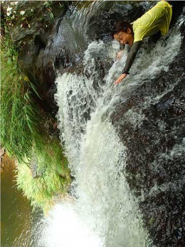 ナーラの滝の滝上から滝壺をのぞむ
