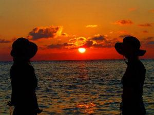 西表島の海に落ちる太陽