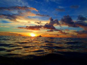 波が穏やかな日はカヤックに乗って海の上でサンセットを眺める