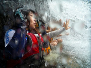ナーラの滝で滝遊び。滝の中へ