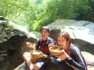 秘境の滝でお昼ご飯