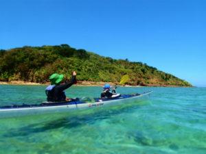 美しい色の舟浮周辺の海をシーカヤックで漕ぐ