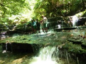 午後からのトレッキングでは滝へ。